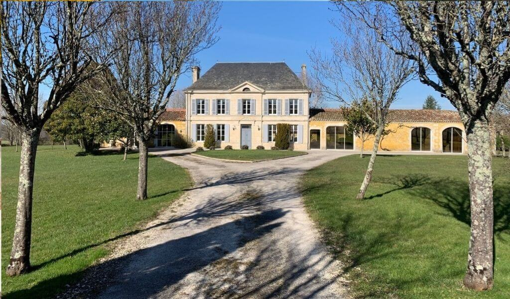 Amazing 5-bed chateau with pool, France
